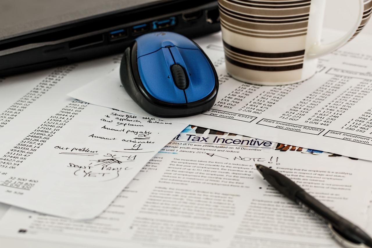 accounting-papers-on-desk-with-mouse